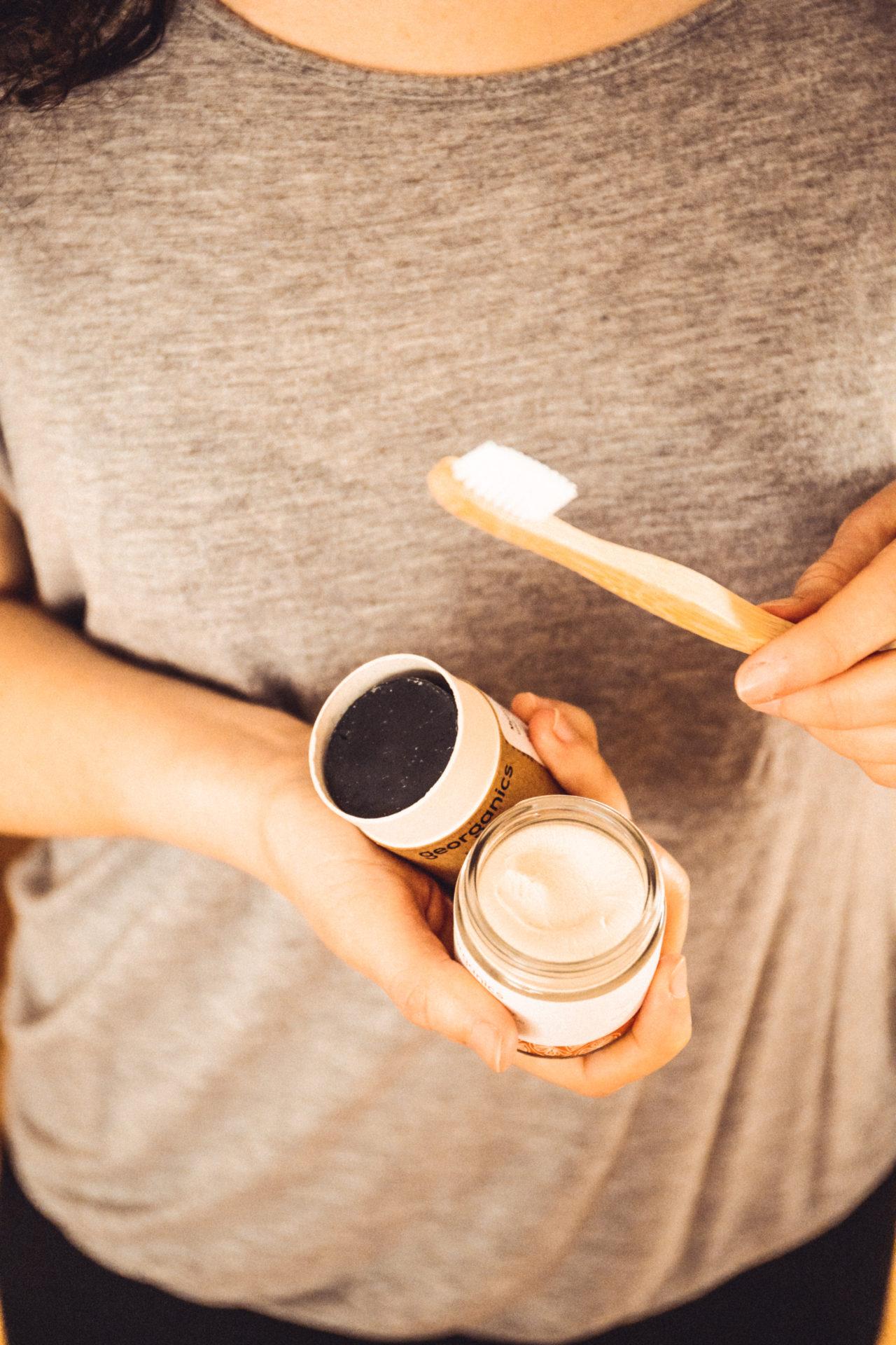 Zubní pasta, mýdlo a kartáček