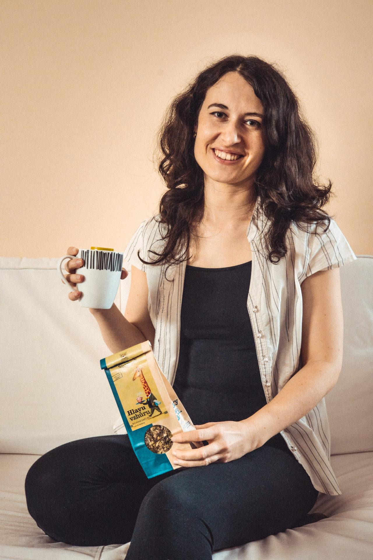 Autorka s konopným čajem od Sonnentoru